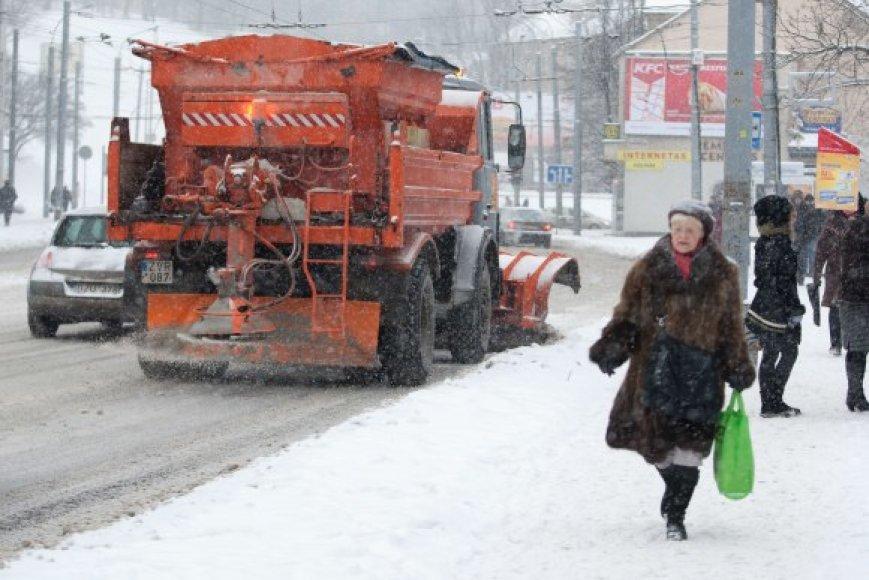 Gausus sniegas vėl davė darbo kelininkams ir kiemsargiams.
