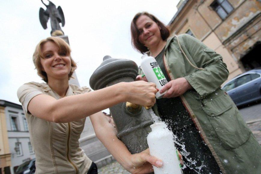 """Anot akcijos """"Nepirkime vandens plastikiniuose buteliuose"""" iniciatorių I.Kleinaitės ir J.Miškinytės, pasaulyje vandens vartojimas iš plastikinio butelio yra prilyginamas besilaukiančios moters rūkymui."""