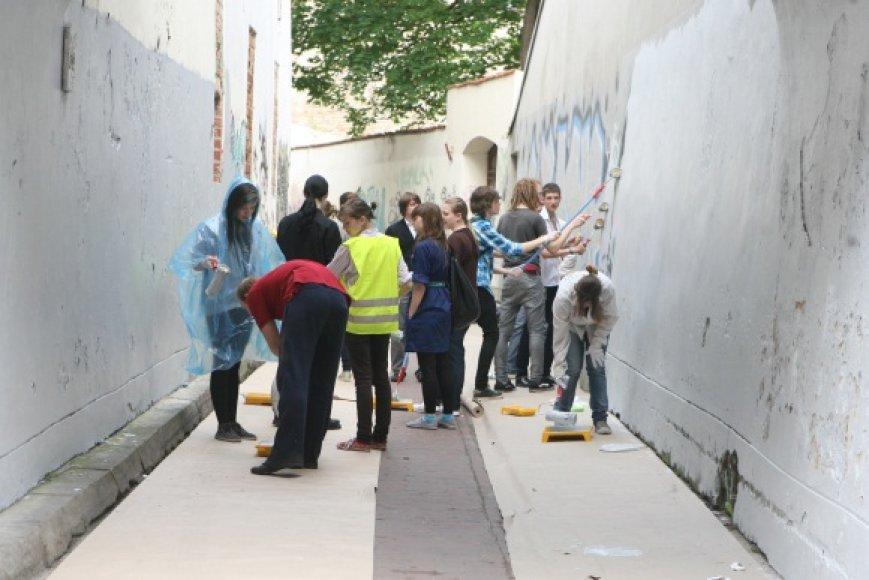 Vilniaus moksleiviai uždažė grafitų išmargintas sienas.