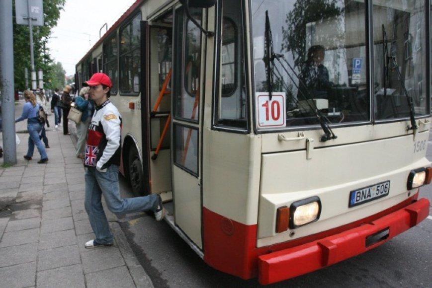Prie naujosios tvarkos, kai į troleibusus ar autobusus lipama tik per priekines duris, teks įprasti ir keleiviams, ir vairuotojams.
