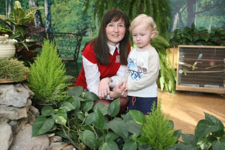"""""""Pasakaitėje"""" dirbanti Lina Toločkienė sako, kad jos sūnui, kaip ir kitiems vaikams, esant dideliam oro užterštumui, geriau laiką leisti darželio žiemos sode nei lauke."""