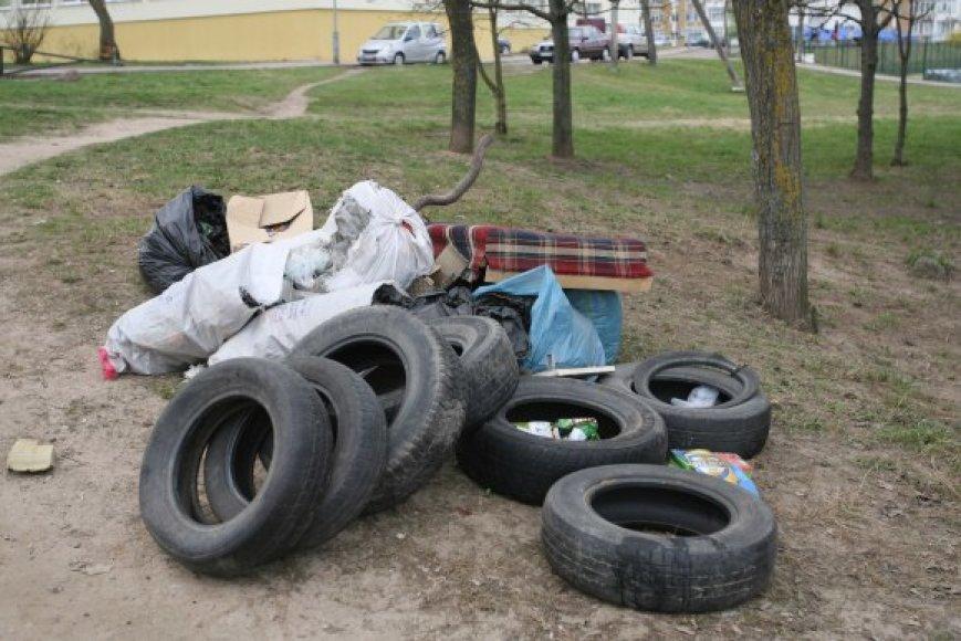 Vilniaus savivaldybė tvirtina, kad talkų metu surinktos šiukšlės jau baigiamos išvežti.