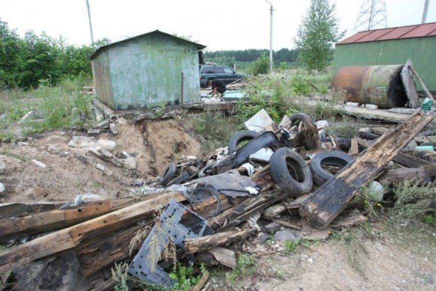 Metalinių garažų Sietyno g. 2A likę nedaug, dalis savininkų skuba nukelti savo statinius, kiti dar tikisi pakovoti dėl savo turto.