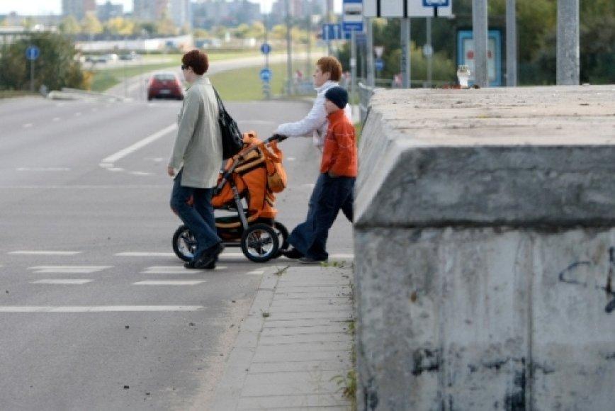 Prie pat perėjos riogsanti mūrinė siena vairuotojams užstoja link gatvės besiartinančius vaikus.