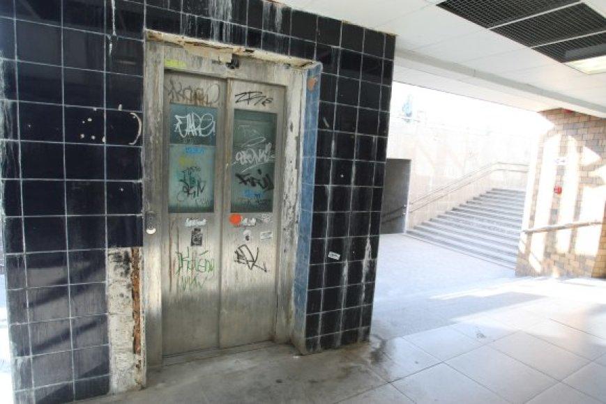 Požeminėje perėjoje šalia Europos aikštės įrengtas liftas atrodo klaikiai.