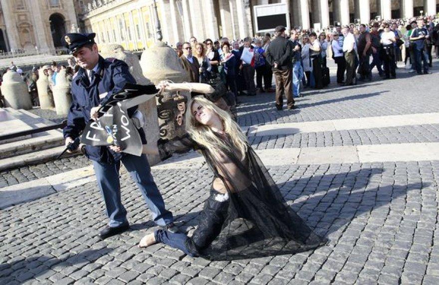 Ukrainos feministės ketino pasirodyti popiežiui.