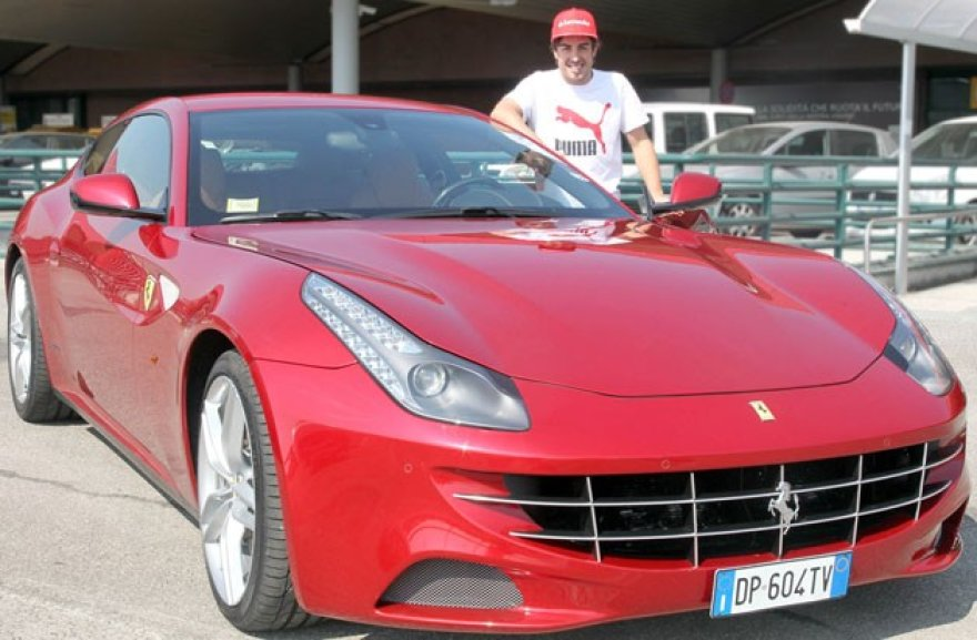 "Fernando Alonso prie savo dovanos - ""Ferrari FF"""
