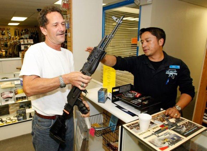 Perkantiems automobilį  – AK-47 šautuvas dovanų