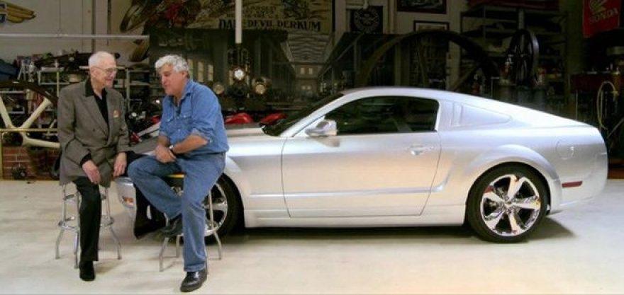 """Į Jayaus Leno garažą užsuko legendinio """"Ford Mustang"""" kūrėjas"""