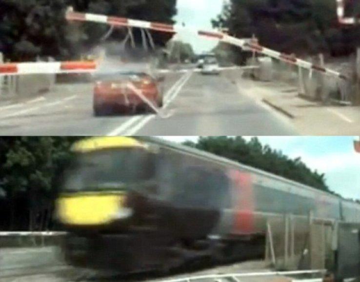 Nuo policijos bėgantis vairuotojas vos išvengė susidūrimo su 120 tonų traukiniu
