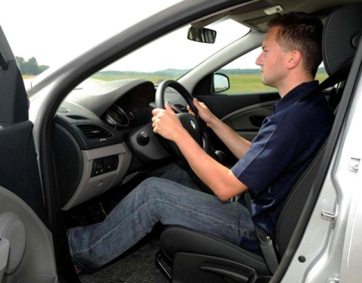 Taisyklinga sedėsena už vairo
