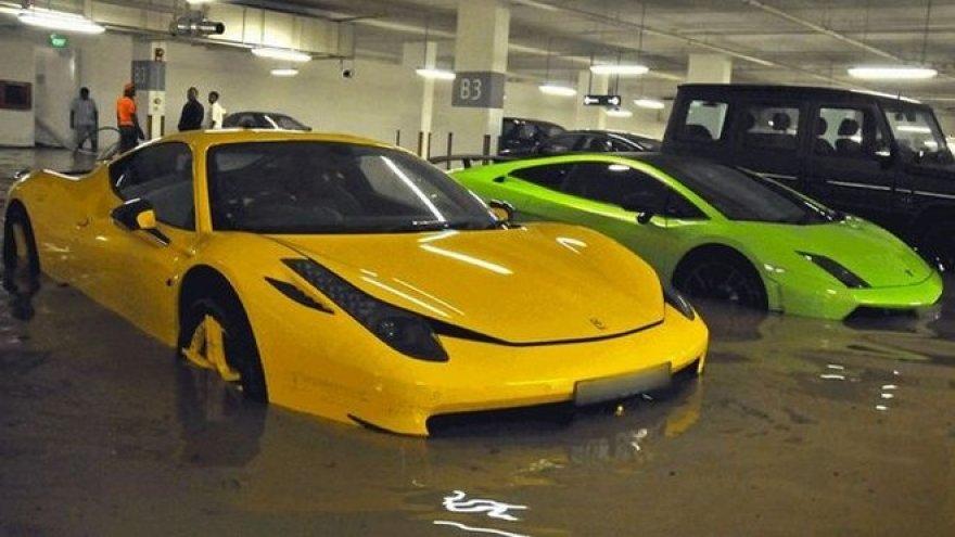 Potvynio metu užlieti egzotiški automobiliai