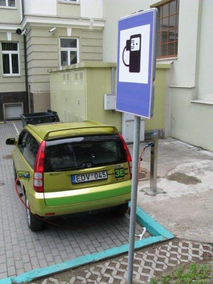 Pirmoji Vilniuje elektrinių transporto priemonių įkrovimo stotelė
