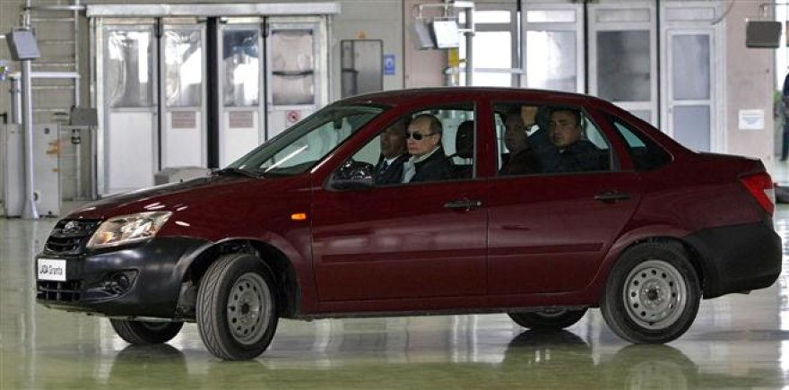 """Vladimiras Putinas bando """"AvtoVAZ"""" pagamintą automobilį"""