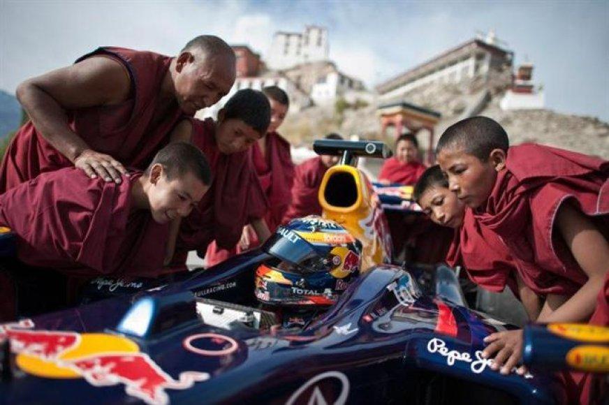 """""""Red Bull Racing"""" F-1 bolidu išbandė aukščiausią kelią pasaulyje"""