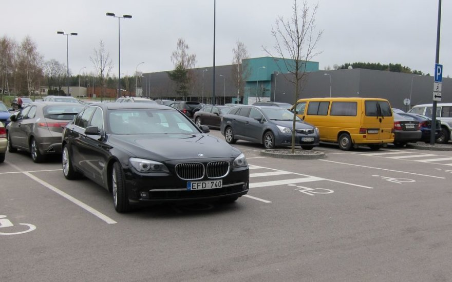 Tomo Kučinsko vairuojamas BMW neįgaliesiems skirtoje vietoje