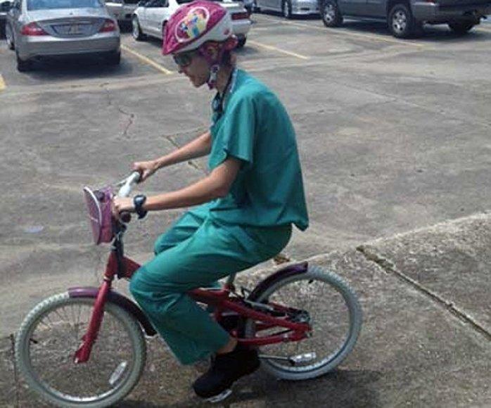 Chirurgė į darbą skuba ant vaikiško dviratuko