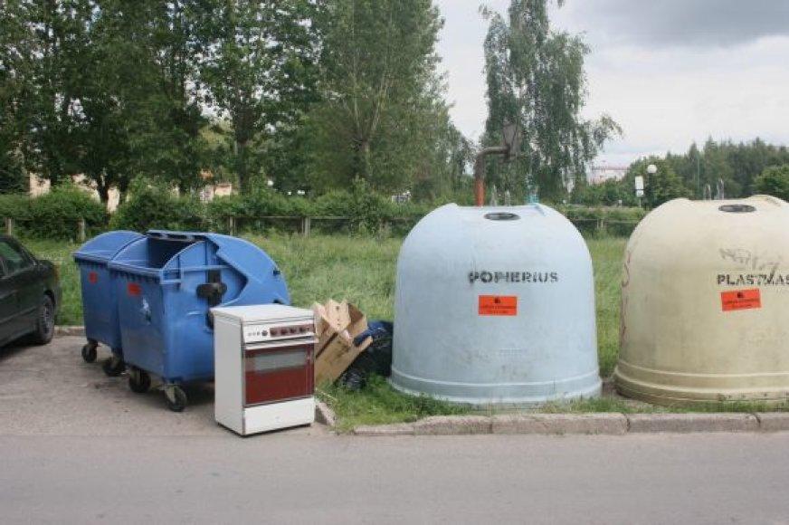 Kai kurie gyventojai stambiagabarites atliekas palieka tiesiog prie konteinerių.