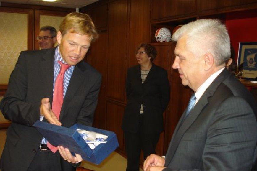 Nyderlandų ambasadorius Joep Wijnands uostamiesčio merui dovanojo olandiško porceliano.
