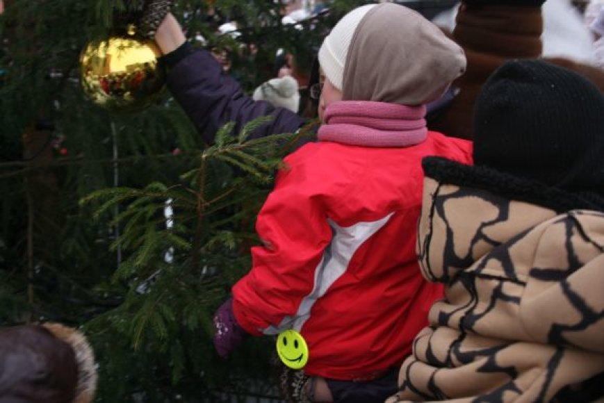 Kartu su Kalėdų seneliu miestiečiai puošė eglutes.