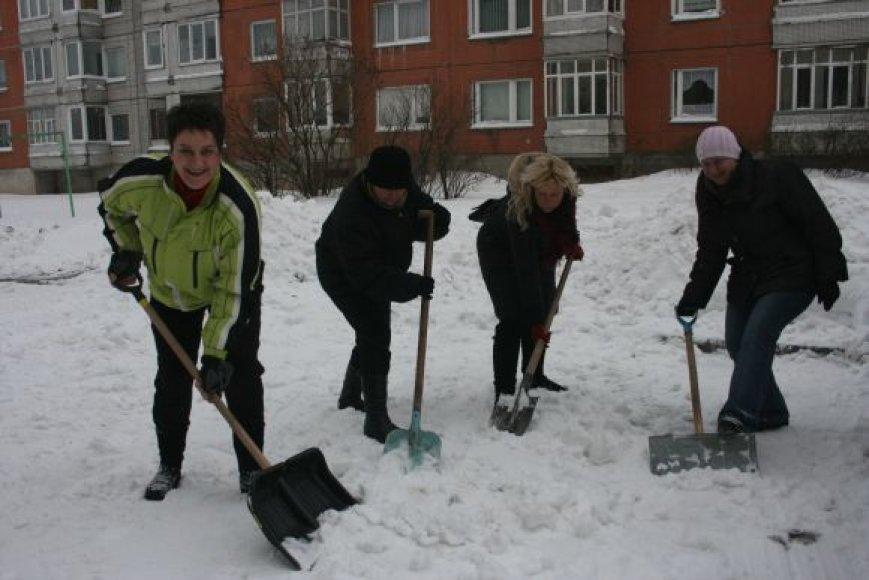 L.Šukytė (pirma iš kairės) su būriu kaimynų į talką išsiruošė nuo ankstaus ryto, esą, tai ne pirmi metai, kai jie savo kiemą nuo sniego išsivalo patys.