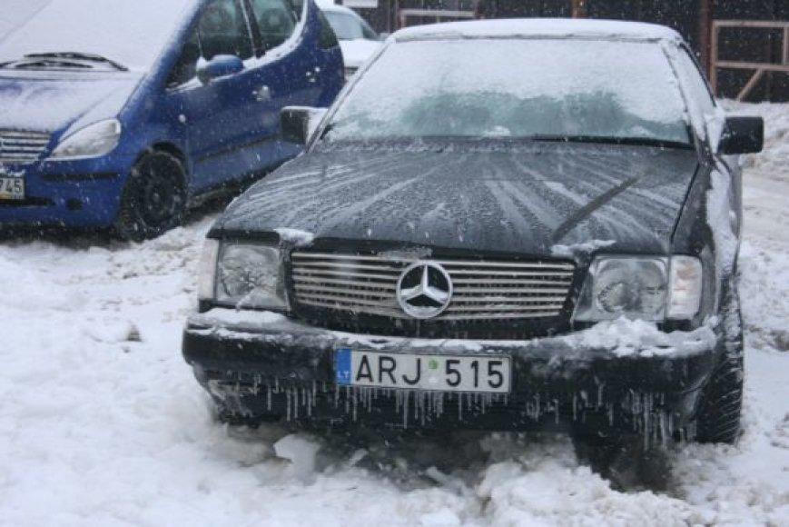 "Žiemos išdaigos - lede ""įkalintas"" automobilis."