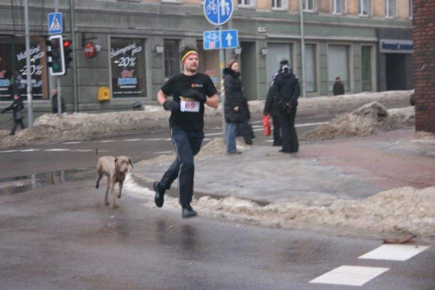 Bėgikas su keturkoju partneriu.
