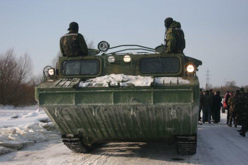 Rusnės gyventojai kariškių amfibija keliami dukart per dieną: ryte ir vakare.