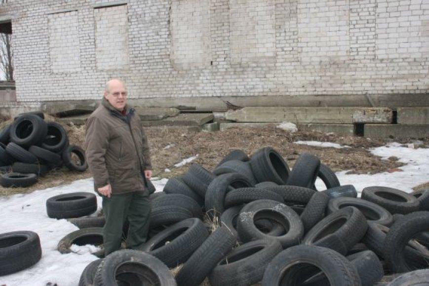 Pernai Klaipėdoje užregistruoti 62 pažeidimai, susiję su atliekų, tarp jų ir padangų, realizavimu. Pažeidėjams priskaičiuota beveik 30 tūkst. Lt baudų, tačiau padangų krūvos, pasak R.Dužino, mažėja ne visur.
