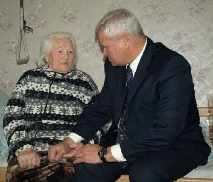 Šimtametė P.Navickienė sulaukė mero V.Grubliausko dėmesio.