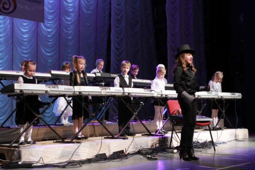 Jubiliejiniame muzikos mokyklos koncerte skambėjo ir mokinių kūryba.