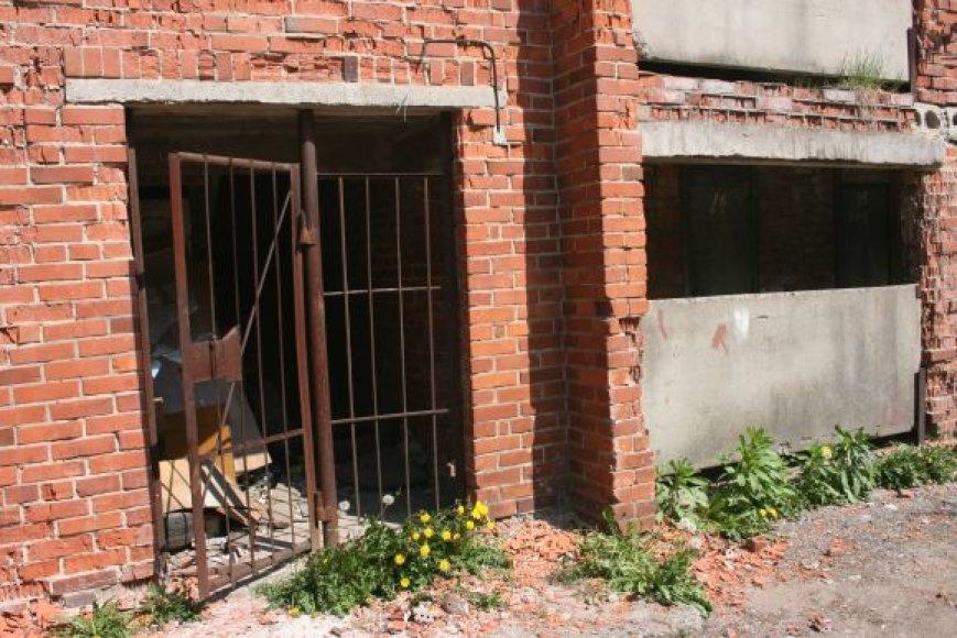 Šalia šios sandėlių grupės pernai viena buvo nugriauta.