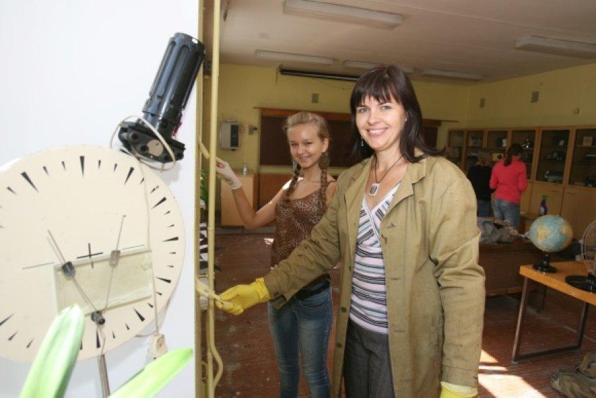 Sostinės Jono Basanavičiaus gimnazijos fizikos mokytoja E.Dijokienė teigia, kad mokytojas ir mokinys turi būti šalia vienas kito – padėti, suprasti ir gerbti.