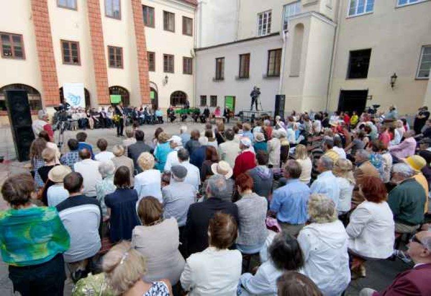 """Festivalio """"Poezijos pavasaris 2011"""" baigiamasis renginys, kaip įprasta, vyks Vilniaus universiteto K.Sarbievijaus kieme."""