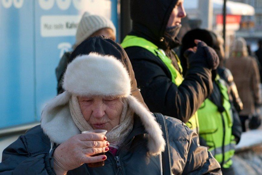 Viešojo transporto kontrolieriai vaišino vilniečius nemokama karšta arbata.