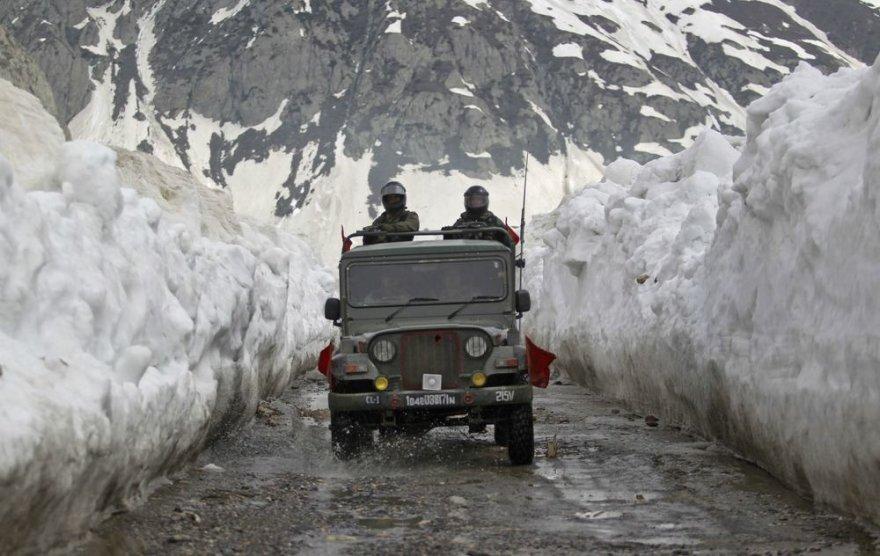 Indijos armijos kariai pirmieji išbandė Kašmyre atidarytą kelią.