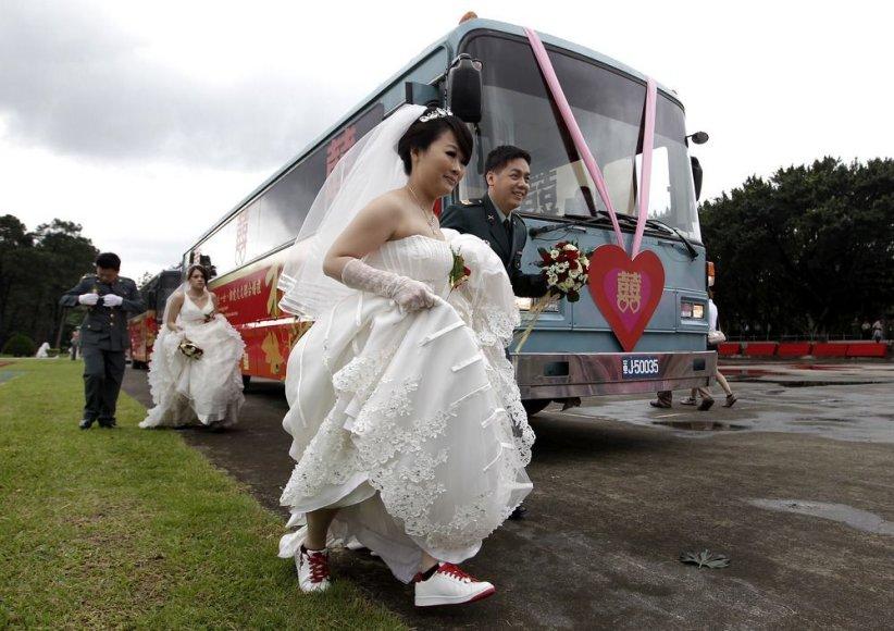 Masinių vestuvių akimirka
