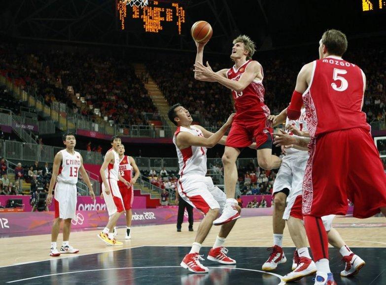 Andrejus Kirilenko (su kamuoliu)