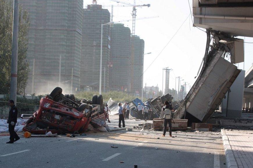 Kinijoje sugriuvusi tilto dalis