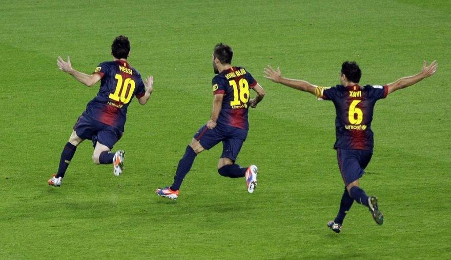 """""""Barcelona"""" klubo futbolininkai džiaugiasi įvarčiu."""