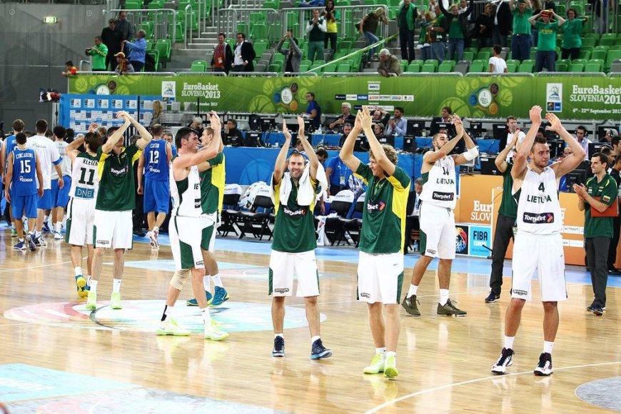 Lietuvos krepšinio rinktinė dėkoja sirgaliams.