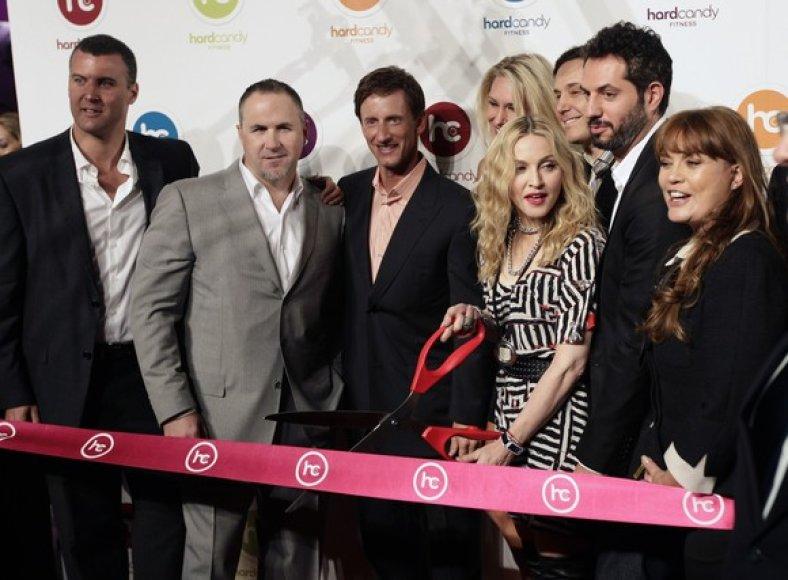 Madonna su didelėmis žirklėmis