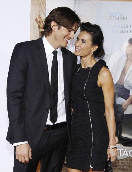 """Ashtonas Kutcheris su Demi Moore 2011-ųjų sausį Los Andžele, filmo """"No Strings Attached"""" premjeroje"""
