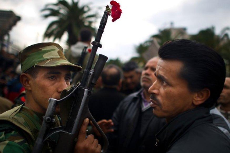 Gėlė kareivio šautuve