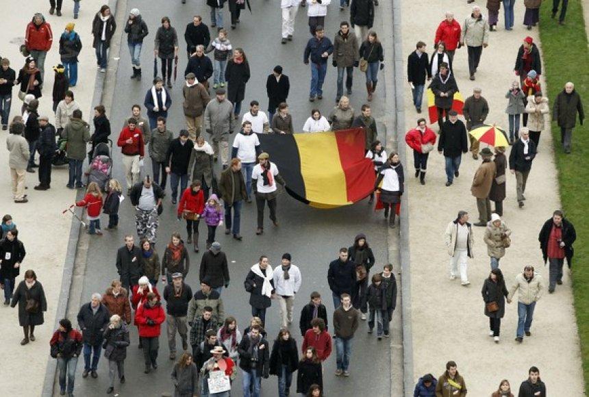 Žmonės neša vėliava