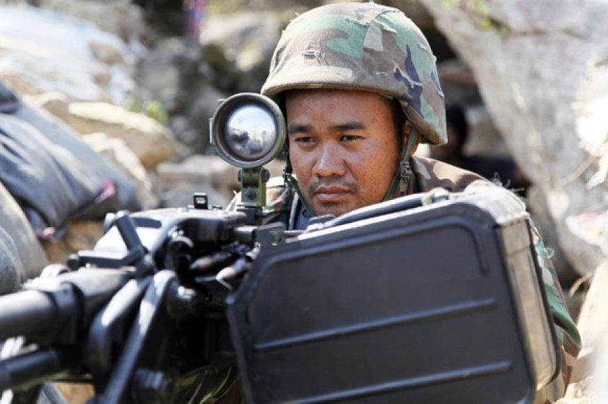 Kambodžos karys prie ginklo