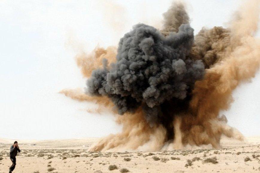 Ausis užsikimšęs sukilėlis netoli Libijos oro pajėgų numestos bombos.