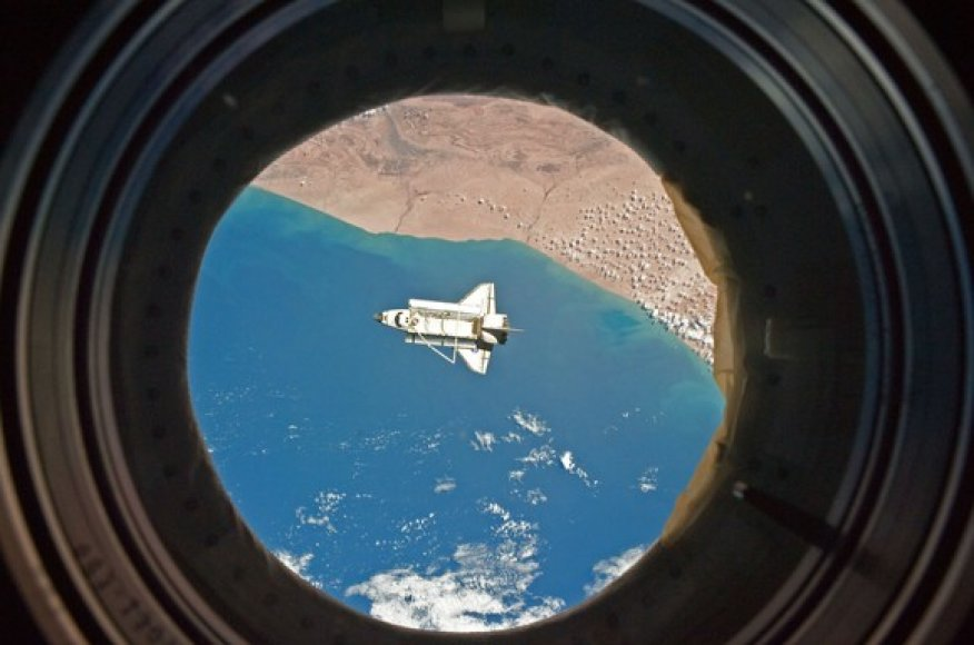 """Iš tarptautinės kosmoso stoties nufotografuotas erdvėlaivis """"Discovery""""."""