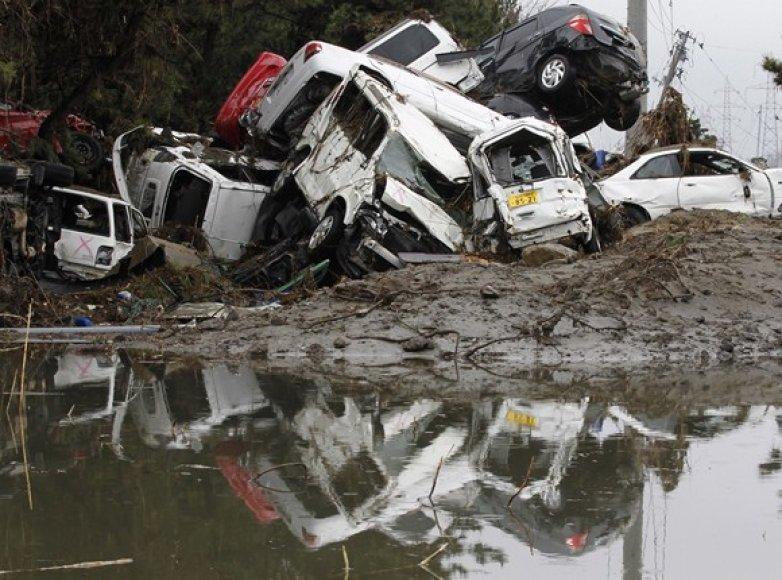 Cunamio bangos sunešti automobiliai.
