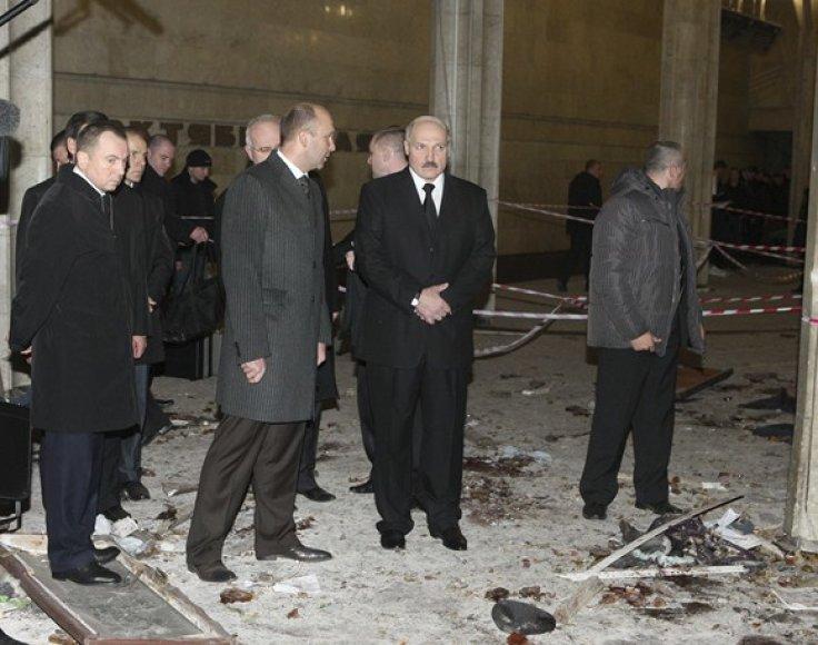 Baltarusijos prezidentas Aliaksandras Lukašenka (centre) įvykio vietoje